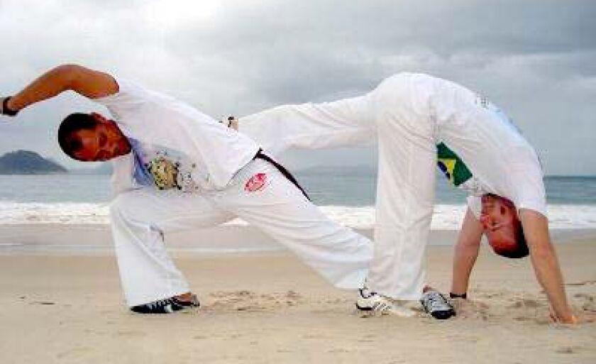 Capoeirista três-lagoense (dir.) tenta vaga na final