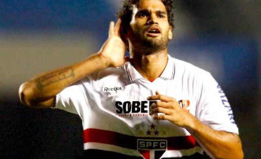 Willian José marcou um golaço no Morumbi