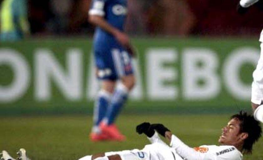 Neymar recebeu forte marcação no Chile e reclamou bastante