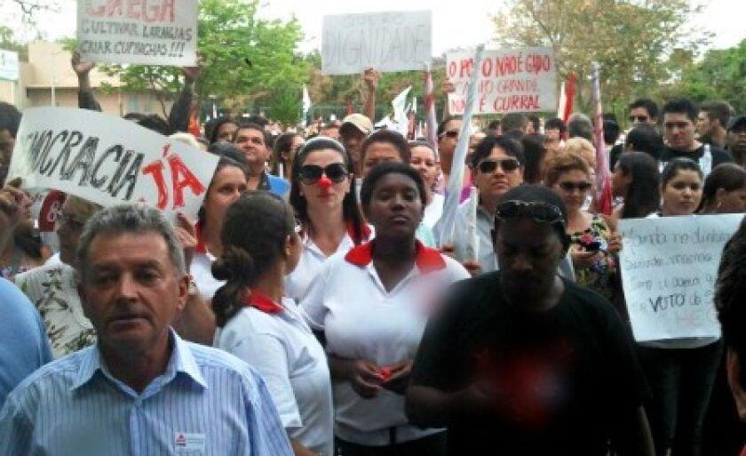 Ato Público foi realizado na tarde desta sexta-feira (24), em frente ao Fórum Eleitoral de Campo Grande. Evento reuniu 500 pessoas, segundo a PM