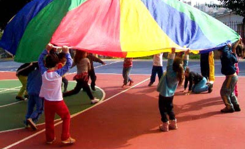 Crianças brincam uma com as outras e não umas contra as outras