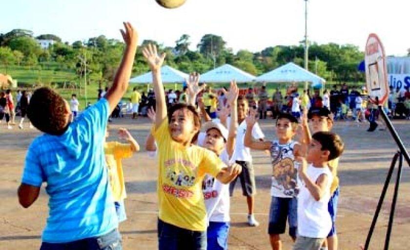 Crianças desenvolvem várias atividades recreativas