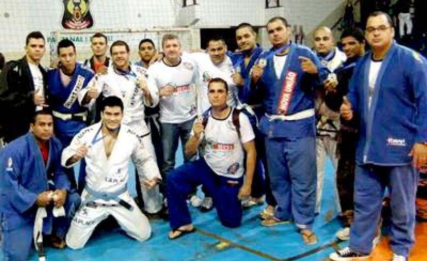 Lutadores comemoram com as medalhas no peito na capital do Estado