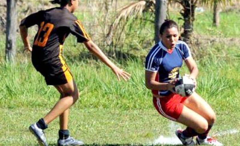 Treinos da equipe três-lagoense feminina de rugby acontecem aos domingos