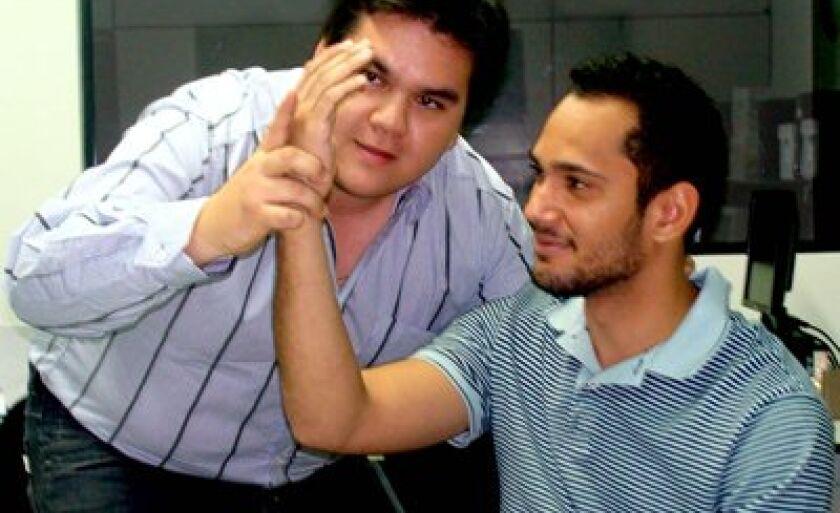 Jorge (esq.) recebe muitos clientes que desejam curar fobias, traumas ou vícios