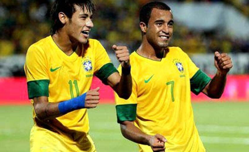 Neymar (esq.) e Lucas comemoram um dos gols sobre a China
