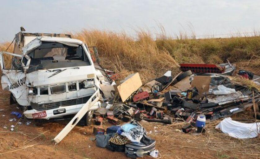 Destroços do caminhão e pertences das vítimas espalhados no local do acidente