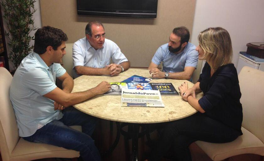 Stênio Congro - diretor da TVC - Canal 13 -, Rosário e Estevão Congro, em entrevista com Larissa Lopes