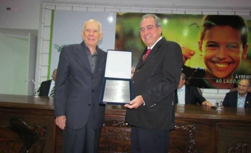 Leal de Queiroz, sócio do IHGMS, entrega placa de sócio emérito a Rosário Congro Neto, em Campo Grande