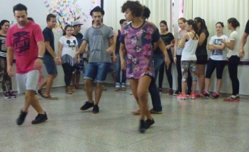 Foi realizado um workshop com vivências em técnicas de danças urbanas