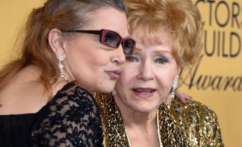 Atriz Carrie Fisher e a mãe, Debbie Reynolds, em premiação em 2015
