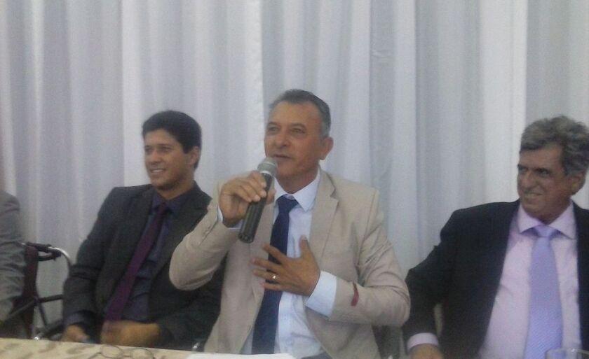 Alaor Bernardes discursa ao lado de Robinho (à direita) e Gustavo Carvalho