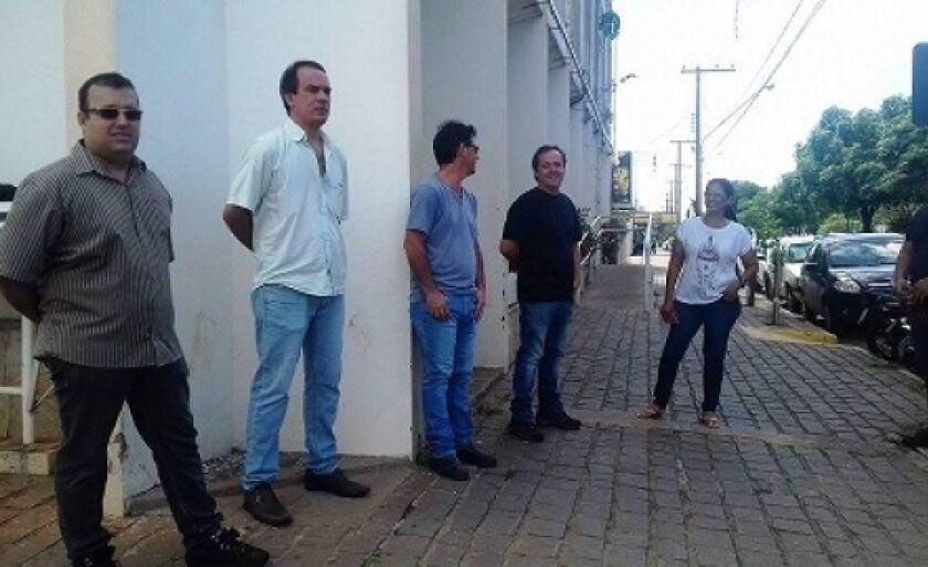 Proprietários de oficinas mecânicas de Três Lagoas protestaram em frente à prefeitura no mês passado