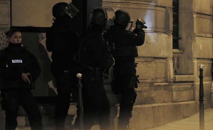Rua perto da avenida Champs Elysees, em Paris, tem ação policial após tiroteio na noite desta quinta-feira (20)