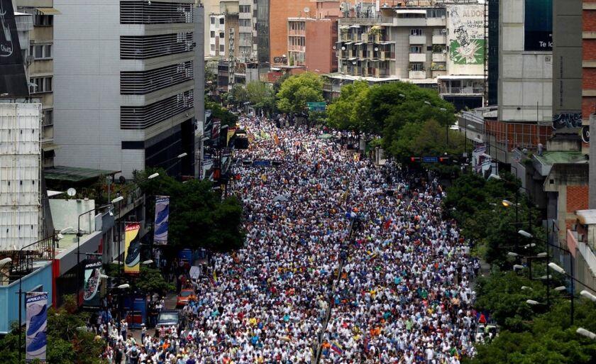 Manifestantes em oposição ao governo participam de protesto em Caracas, na Venezuela, na quinta (20)