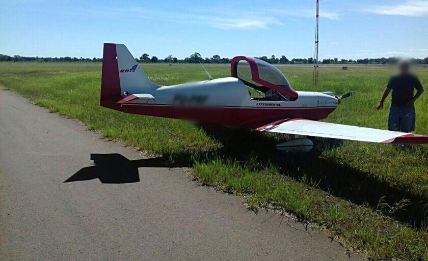 O avião ficou às margens da pista