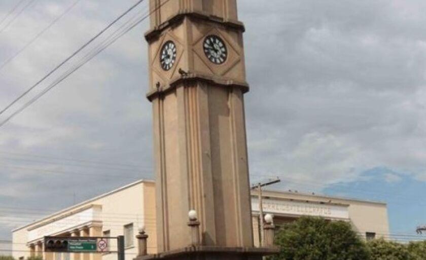 Tradicional Relógio Central foi construído em 1936 durante a gestão do então prefeito Bruno Garcia. Com 10 metros de altura, o monumento fica localizado na avenida Antônio Trajano, no cruzamento com a rua Paranaíba, no centro de Três Lagoas.