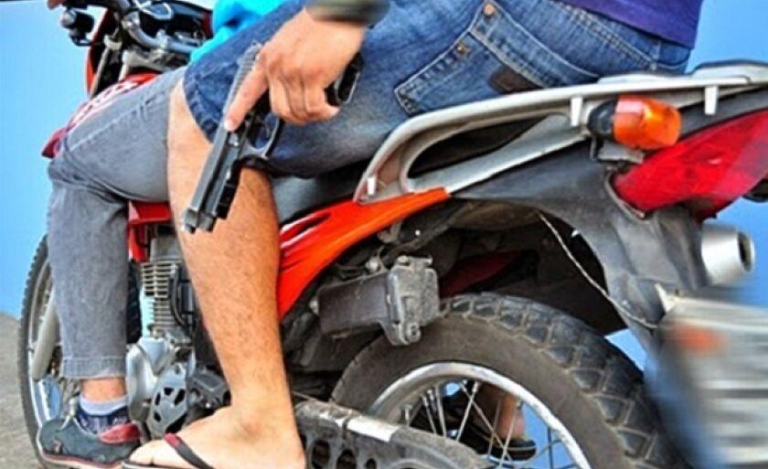 Em motos e bicicletas, bandidos armados levam bolsas, carteiras, celulares e tudo o que as vitimas tiverem de valor