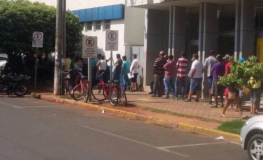 Filas gigantes são registradas em frente às agências durante a liberação do FGTS