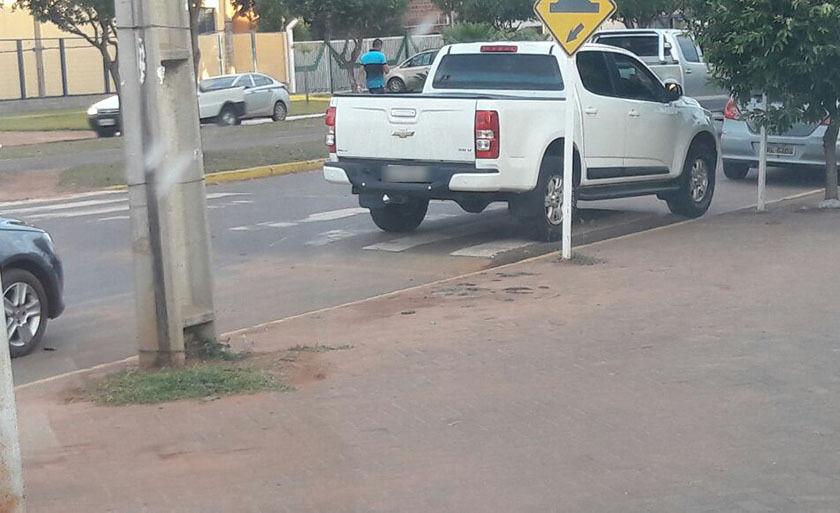 Veículo estacionou na faixa, no horário de saída dos alunos da escola