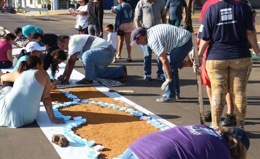 Desde às 6h desta quinta-feira, fiéis de cinco paróquias se reuniram para confeccionar um tapete de cores