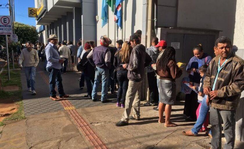 Mesmo no sábado (10) gelado, em Três Lagoas, trabalhadores enfrentam fila gigante para saque da conta inativa do FGTS