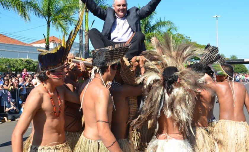 Mesmo com gripe forte, Guerreiro participou do desfile cívico em comemoração ao aniversário da cidade e da tradicional dança do bate-pau com os índios de Anastácio