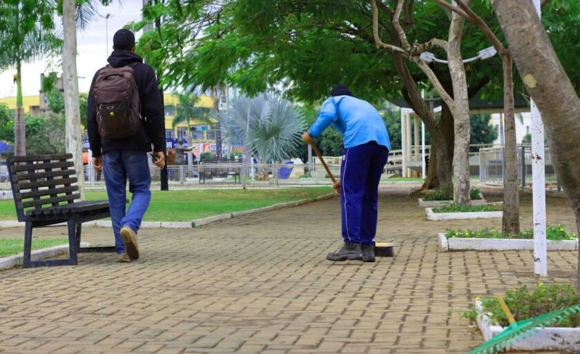 Segunda gelada em Três Lagoas começa com limpeza na tradicional e antiga Praça da Bandeira, localizada no Centro.