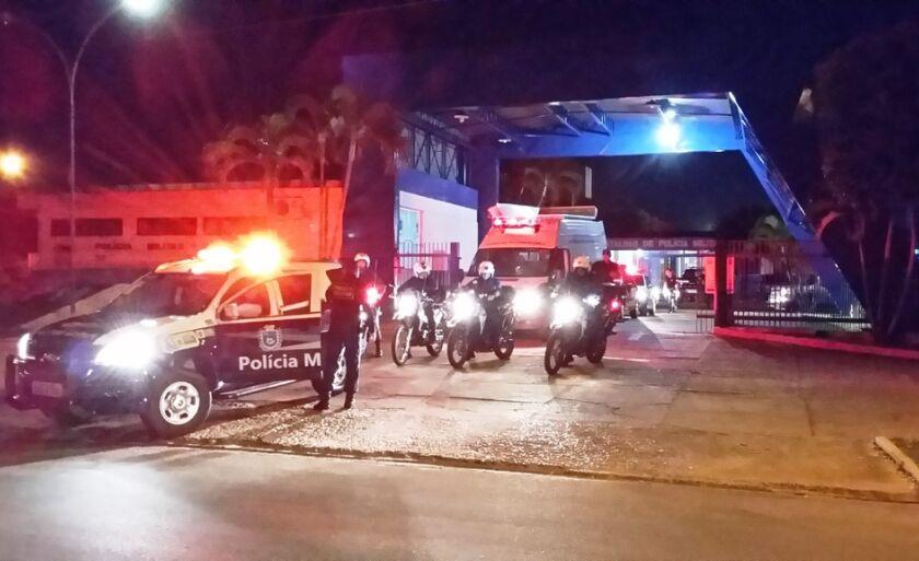 Viaturas se preparam para sair do batalhão da Polícia Militar
