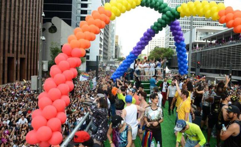 Quase 20 trios elétricos animam o público da 21ª Parada do Orgulho LGBT, na Avenida Paulista