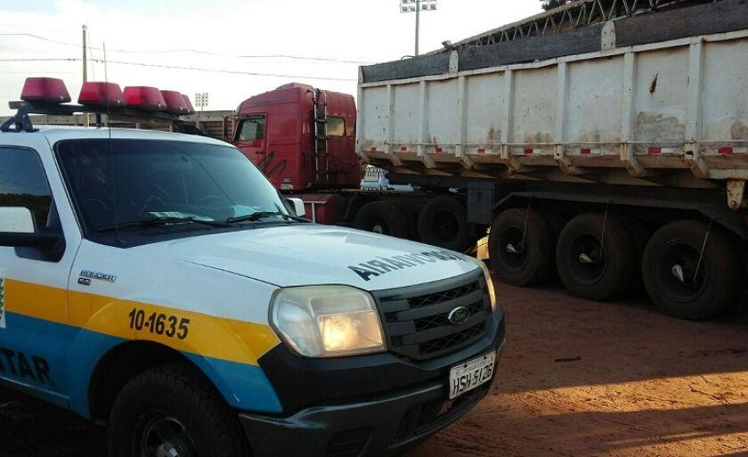 O caminhão foi apreendido e a droga encontrada na carroceria