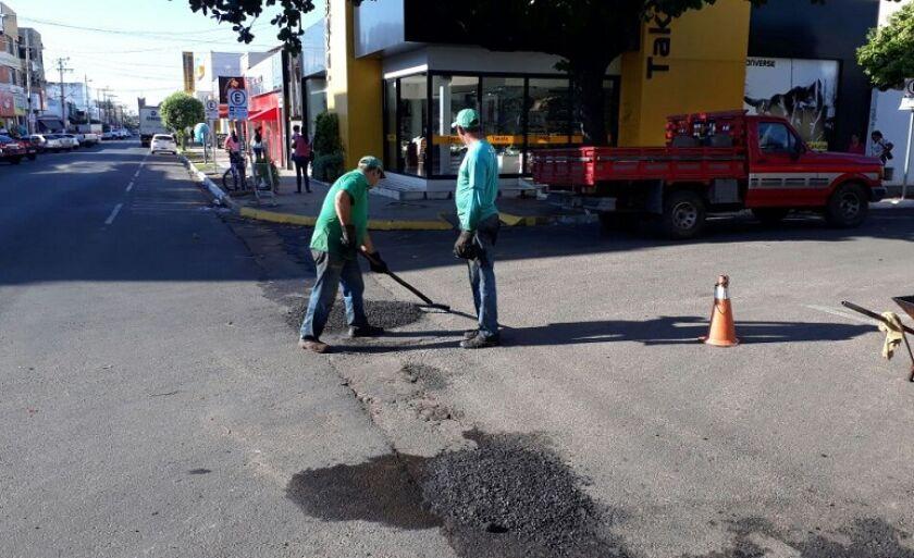 Operação Tapa Buraco é feita nas ruas da área central
