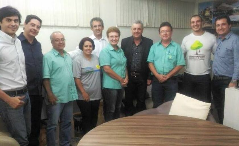 Representantes da prefeitura e do sindicato em reunião para discutir acordo coletivo