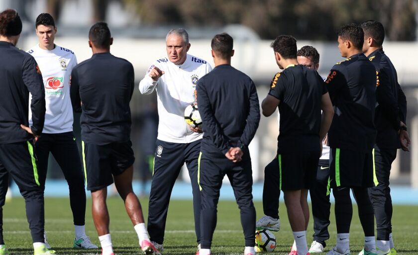 Técnico vai manter apenas três jogadores que foram titulares na última partida, contra a Argentina