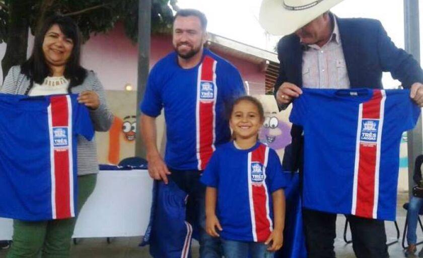 Secretária de Educação e prefeito Ângelo Guerreiro entregam uniformes para alunos da Reme