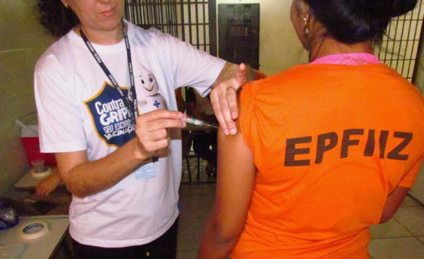 A vacinação nas unidades prisionais seguiram os mesmos critérios de grupos de risco estabelecidos pelo Ministério da Saúde