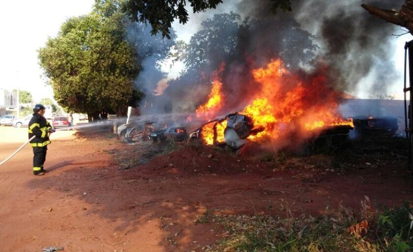O bombeiro combate o incêndio em vários veículos Celso Daniel