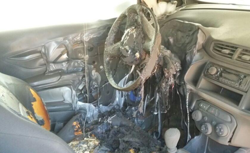 O carro foi encontrado parcialmente queimado