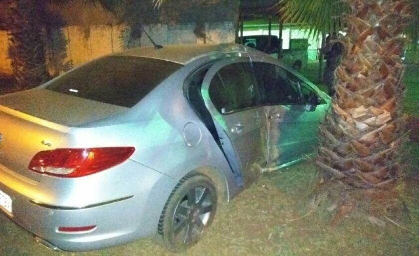 O carro ficou com uma das laterais completamente destrída
