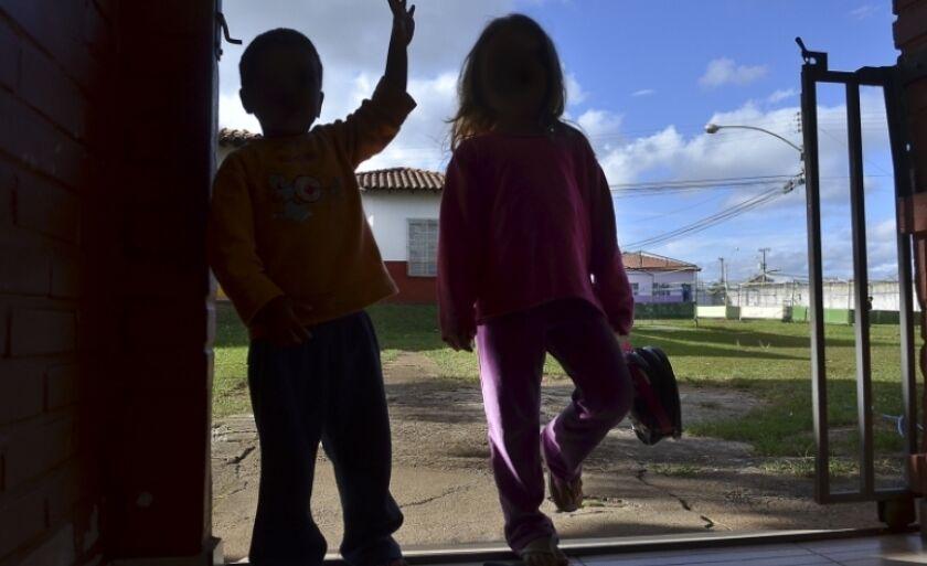 Projeto de lei aprovado nesta semana prevê que crianças de abrigos sejam acolhidas por famílias