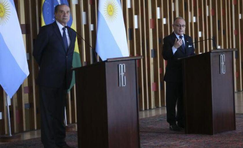Ao lado do chanceler Brasileiro, Aloysio Nunes Ferreira, o ministro das Relações Exteriores e Culto da Argentina, Jorge Faurie, concede entrevista coletiva no Palácio do Itamaraty