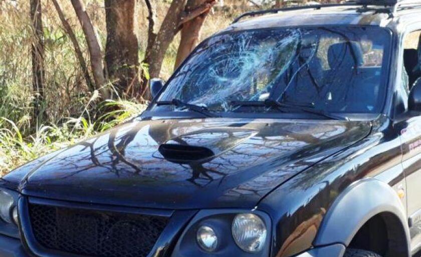 A camionete ficou bastante danificada e teve os vidros quebrados