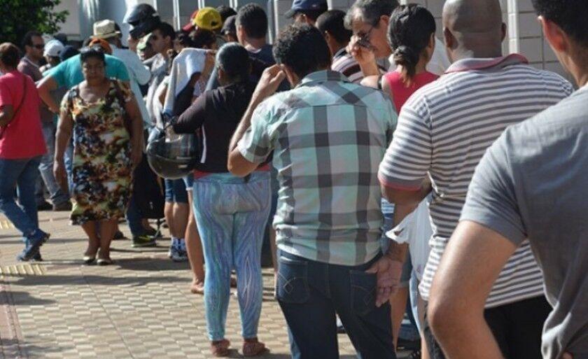 Trabalhadores enfrentam fila para sacar benefício em Três Lagoas