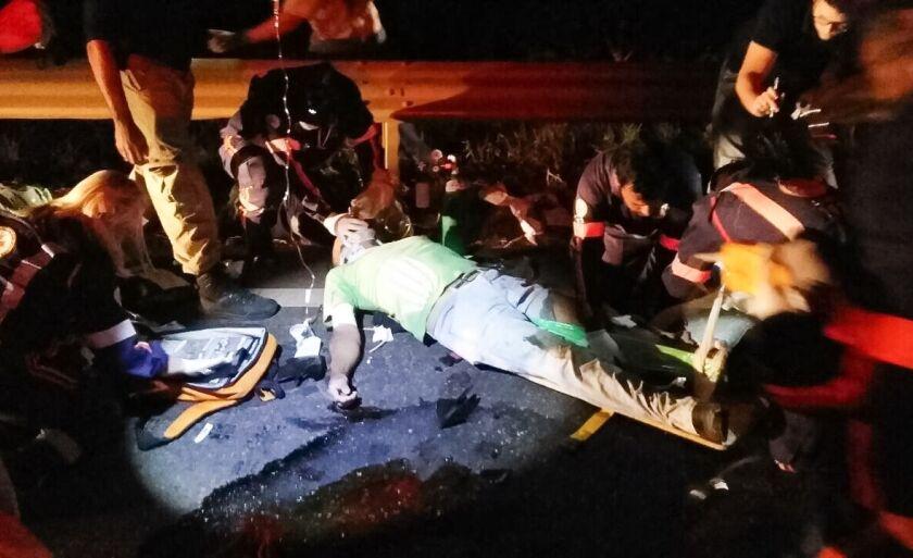Motociclista receber os primeiros socorros no local do acidente