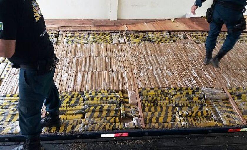 A droga estava escondida em um fundo falso na carreta apreendida