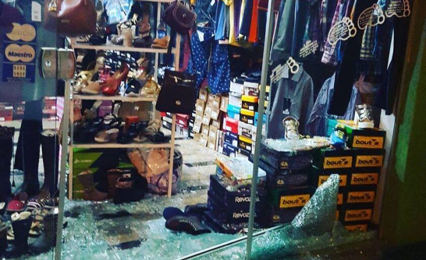 A porta de vidro foi quebrada com uma pedra, encontrada no interior da loja