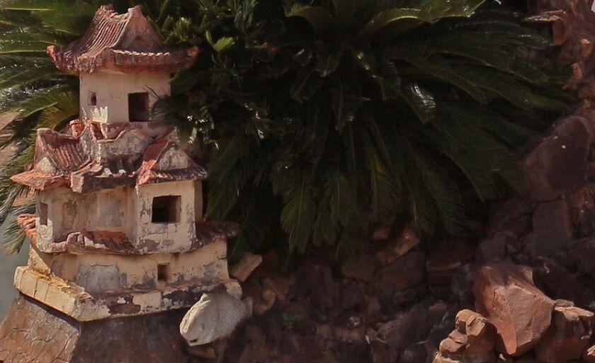 A antiga fonte da Praça Santo Antônio, na área central de Três Lagoas, foi desativada há anos e está abandonada.