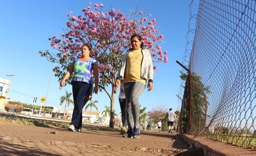Moradores buscam pela vida saudável nesta segunda (17), com caminhada na calçada do batalhão do Exército da 3ª Bateria de Artilharia Antiaérea, na avenida Capitão Olyntho Mancini, em Três Lagoas.