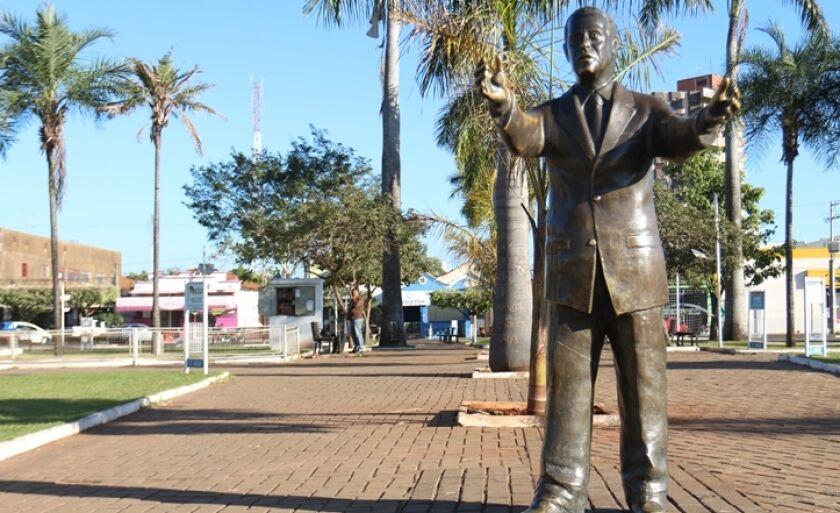 Estátua em homenagem ao senador Ramez Tebet, na antiga Praça da Bandeira, que atualmente leva o nome do então senador, localizada no Centro de Três Lagoas.