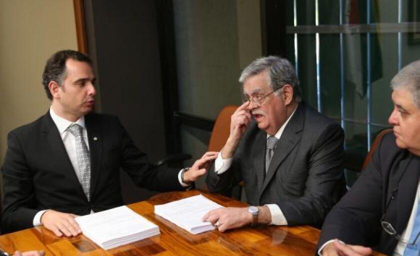 O advogado Antônio Mariz (D) entrega a defesa do presidente Michel Temer ao presidente da CCJ da Câmara, deputado Rodrigo Pacheco, que irá analisar a denúncia apresentada pela PGR